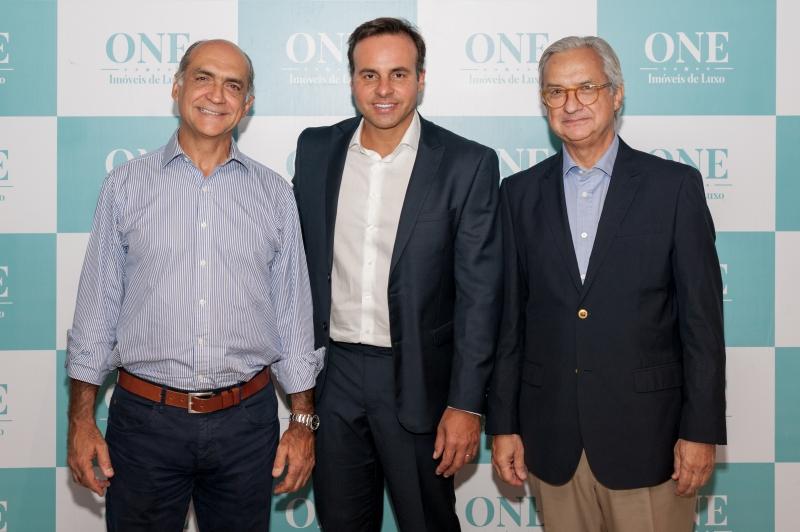 Cristiano Cruz entre Newton Ulrich e Antonio Ulrich, da UMA Incorporadora, no almoço da One Imóveis de Luxo, no Mokai Platinum