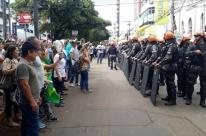 Polícia usa gás lacrimogêneo para dispersar manifestantes anti-Lula em Passo Fundo