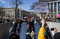 Estudantes e ativistas saem às ruas em protesto pelo controle de armas nos EUA