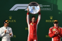 Vettel conta com 'ajuda' do safety car, desbanca Hamilton e vence na Austrália