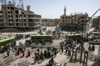 Centenas de rebeldes sírios deixam mais um bolsão de Ghouta Oriental