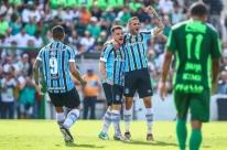 Grêmio arrasa o Avenida e fica perto da decisão