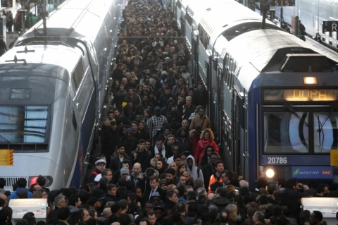 França vive 'Terça Negra' com greve de trens
