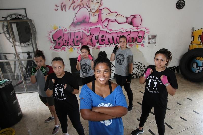 Carla Silva (centro) inclui as mulheres na prática do boxe