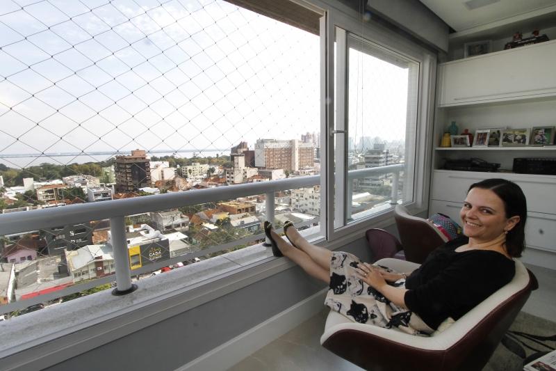 Tatiana mora e trabalha de frente para o Guaíba