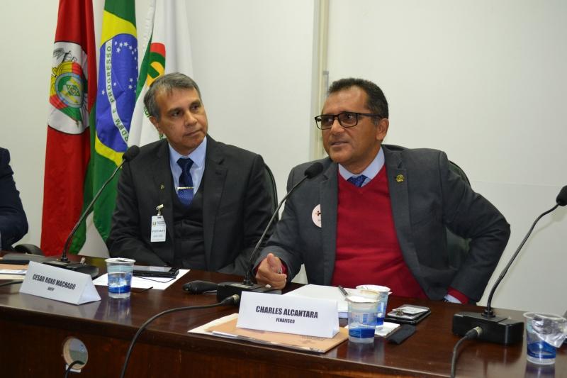 Charles Alcantara (d) disse que é preciso revistar a tabela do IR