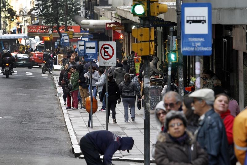 Oferta menor de transporte público tem deixado paradas lotadas desde a semana passada