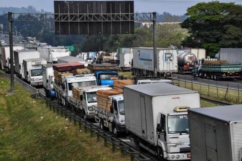 Caminhoneiros entregam proposta para frete mínimo