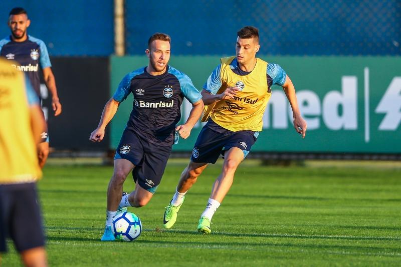 Arthur trabalhou com bola no CT Luiz Carvalho