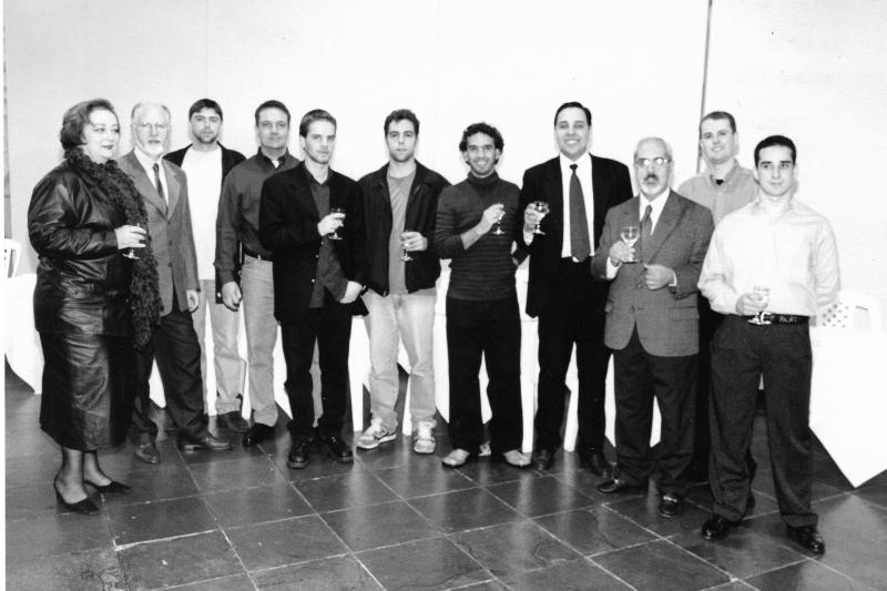 No ano 2000, Assis Brasil com seus alunos - entre eles, Daniel Galera (no centro, de tênis) e o vencedor do Açorianos 2017 Gustavo Melo Czekster (à esquerda de Assis Brasil)