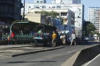 Prefeitura de Porto Alegre recompõe asfalto de corredor de ônibus da João Pessoa