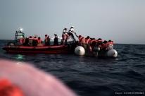 Após recusa italiana, Espanha se oferece para receber barco de imigrantes