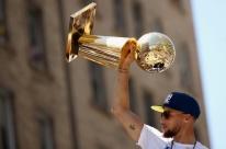 Festa do título do Warriors tem provocações a LeBron e cerca de 1 milhão nas ruas