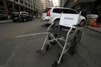 Cadeiras de rodas demarcam vagas para pessoas com deficiência em Porto Alegre
