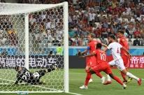 Kane marca nos acréscimos e Inglaterra estreia com vitória suada sobre a Tunísia