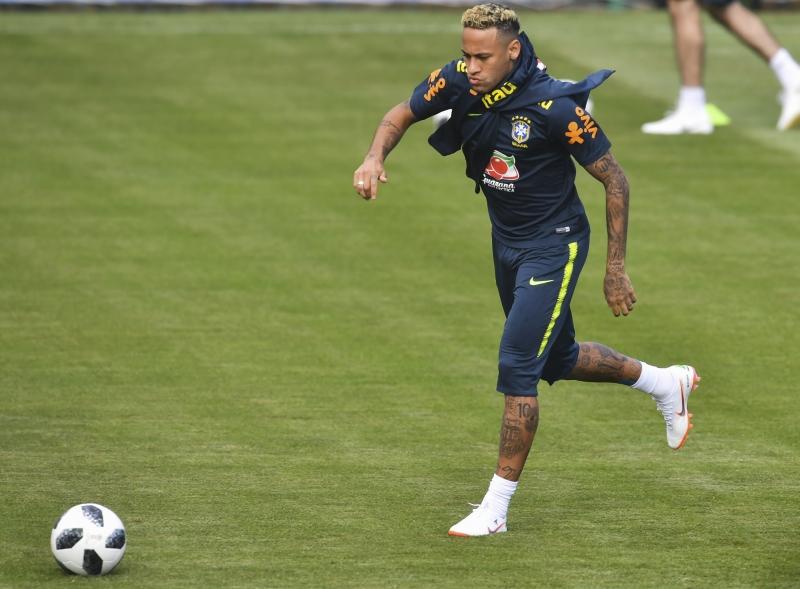 CBF diz que dores de Neymar no tornozelo são decorrentes de faltas sofridas no jogo contra a Suíça