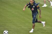 Neymar deixa treino do Brasil com dores no tornozelo direito