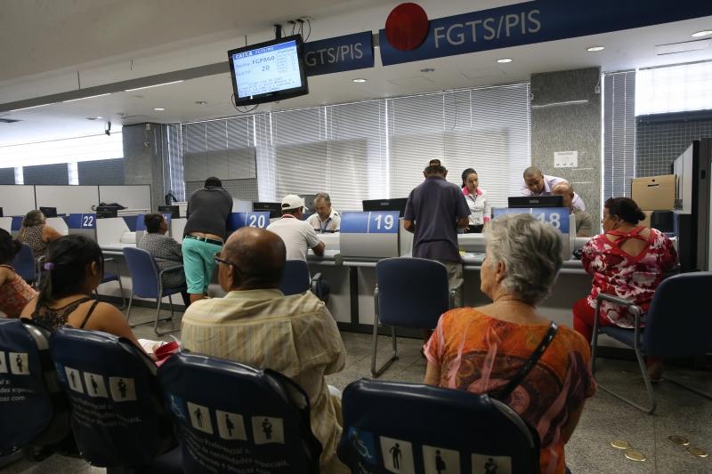 Brasília - A Caixa Econômica Federal inicia o pagamento das cotas do PIS para pessoas com idade superior a 70 anos (José Cruz/Agência Brasil)  Economia pagamento PIS foto José Cruz Agência Brasil.