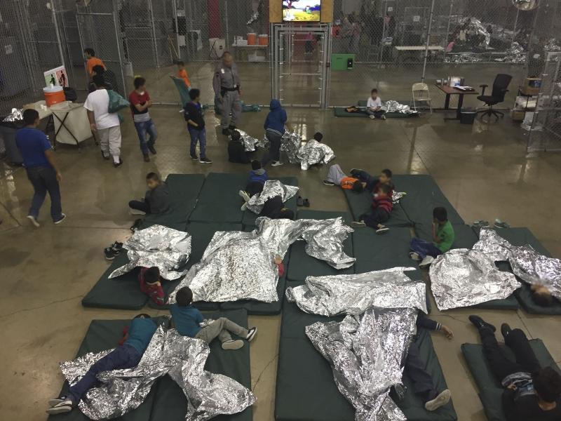 Crianças são mantidas em jaulas de metal em antigo depósito no Texas