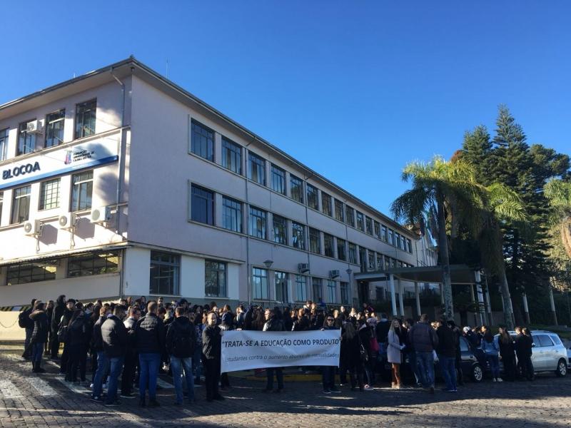 """Alunos fazem manifestação com cartazes dizendo que UCS """"trata educação como produto"""""""