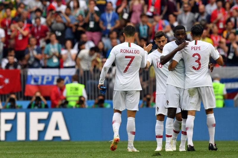 Os jogadores portugueses comemoram o gol do atacante, aos quatro minutos do primeiro tempo