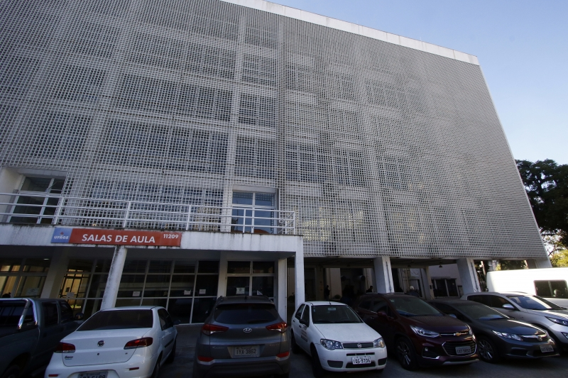 Edifício branco fechou foi interditado em 2014, após apresentar problemas estruturais