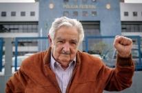 Eleito senador, Mujica será ministro se Frente Ampla vencer eleições no Uruguai