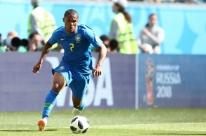 Douglas Costa sofre lesão muscular e desfalca Brasil contra a Sérvia