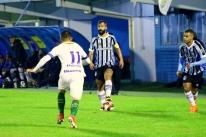 Douglas volta a jogar pelo Grêmio depois de 500 dias