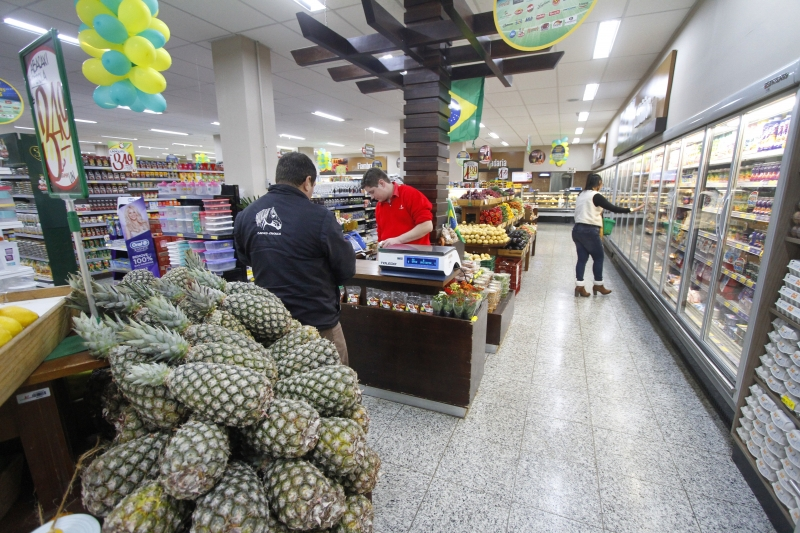 A melhora será puxada pelos segmentos que vendem bens essenciais, como supermercados
