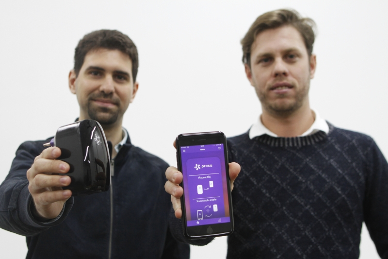 O aparelho, criado por Guilherme e Jonatas, funciona conectado a um app no celular