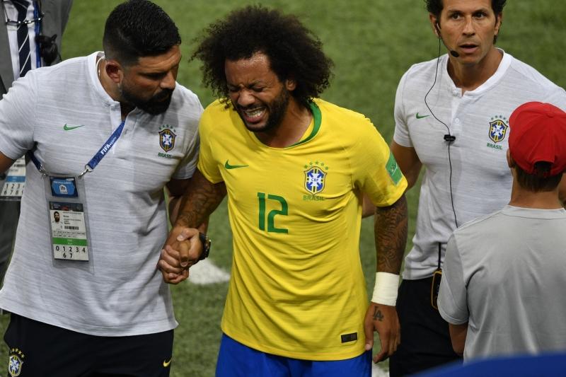 Jogador sofreu um espasmo na coluna no início do duelo com a Sérvia