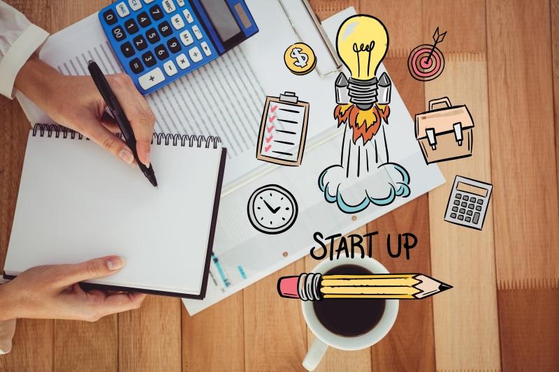 Empresas & Negócios - mulheres nas startups - divulgação  Creativeart - Freepik.com digital composite of hands using notebook with graphics