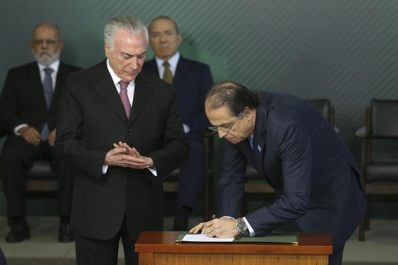 Temer pede que Caio Vieira de Mello (d) enfatize criação de empregos