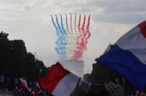 Seleção francesa desembarca com festa em Paris