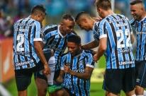Com gols de bola parada, Grêmio bate o Atlético-MG