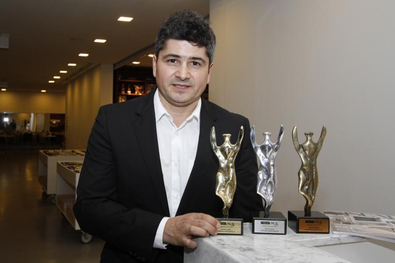 Fernando Rodrigues, diretor da revista Visual&Design com os prêmios