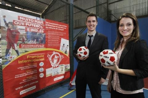 Casal traz franquia de aulas de futebol em inglês para Porto Alegre