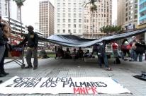 Integrantes de ocupação acampam em frente ao Paço
