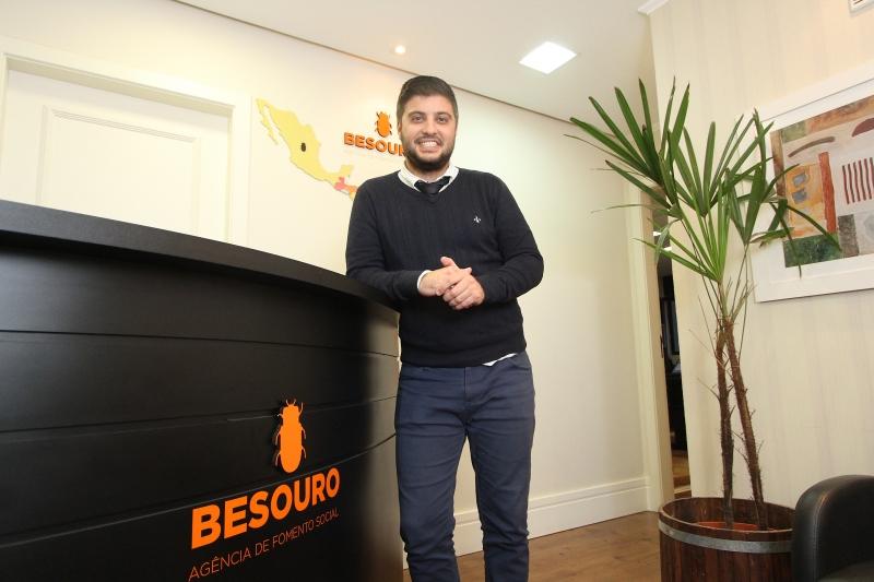 Vinicius, fundador da Agência de Fomento Social Besouro, lançou o projeto Ressocializa