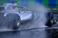 Sob chuva, Hamilton fatura pole na Hungria com dobradinha da Mercedes