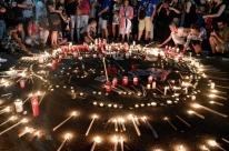 Grupo faz vigília em homenagem aos mortos nos incêndios da Grécia