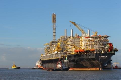 Petróleo fecha em leve queda em meio a incertezas sobre EUA e China