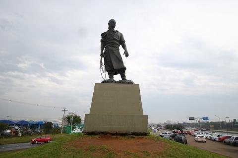 Mudança de local da estátua do Laçador começa a ser discutida em abril
