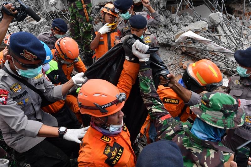 Equipes de resgate continuam trabalhando na retirada dos escombros