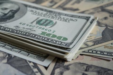 Dólar cai abaixo de R$ 3,90 com aposta em corte de juros nos EUA