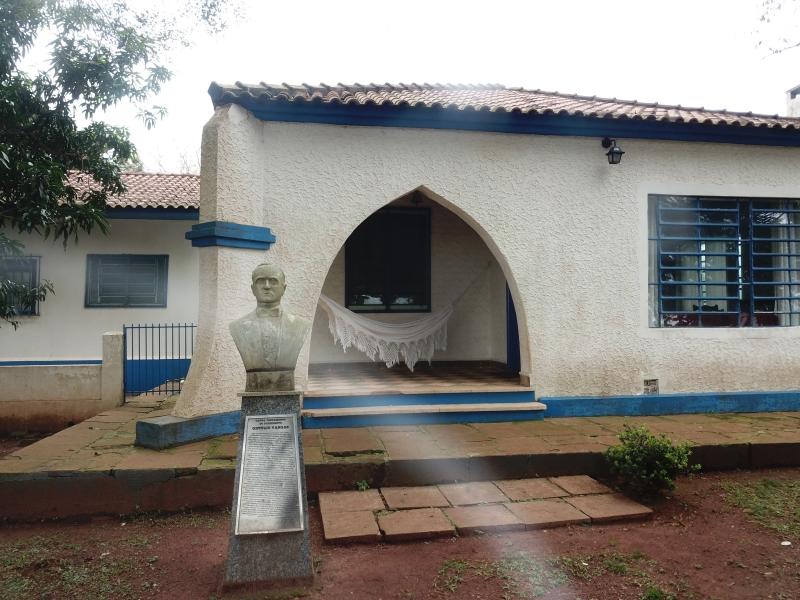 Busto de Getúlio Vargas em frente à sede da propriedade, a 60 quilômetros  de São Borja