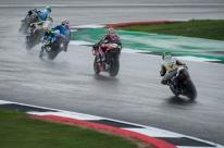 Chuva atrasa largada da MotoGP em Silverstone e corrida pode ser cancelada