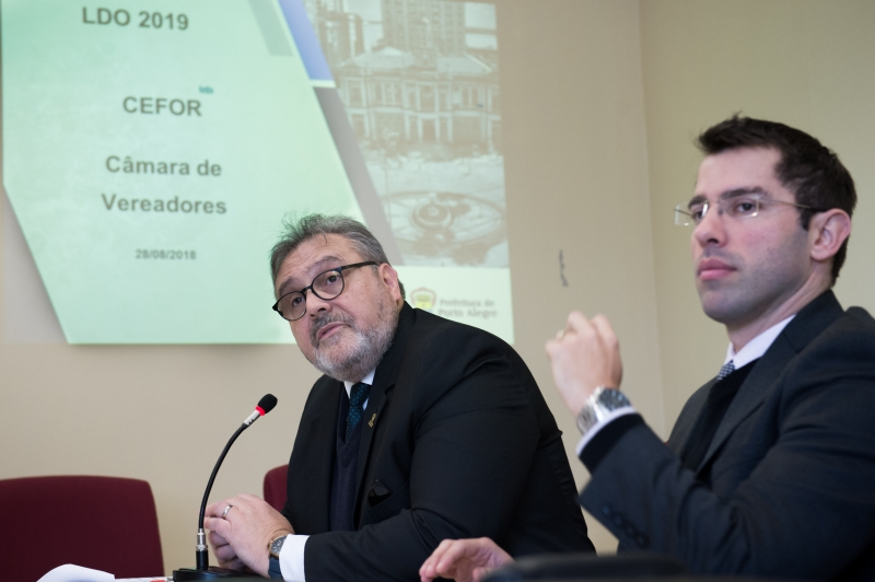 Secretários Machado (e) e Busatto apresentaram projeções em audiência pública