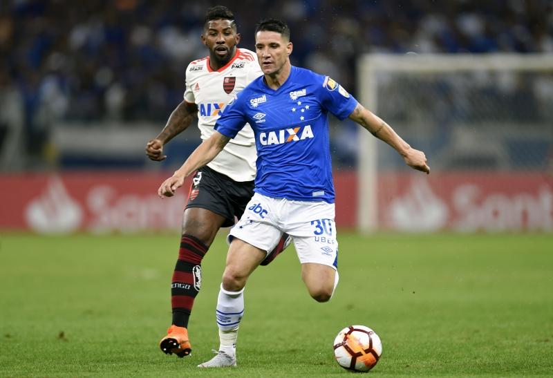 Cruzeiro de Thiago Neves perdeu a partida para o Flamengo de Rodinei, mas garantiu a classificação